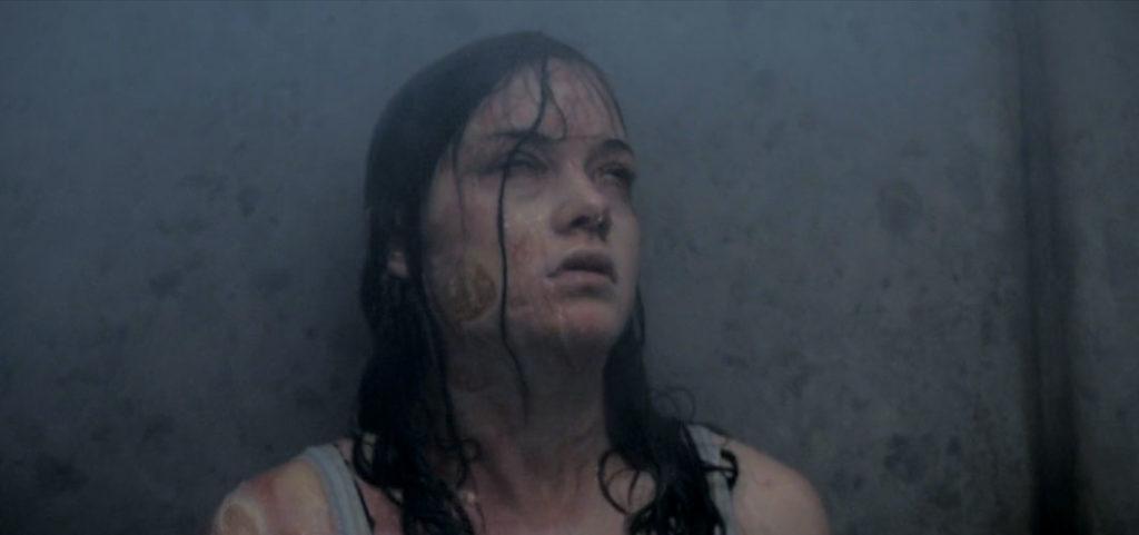 死霊に取り憑かれたミアは、熱湯のシャワーを浴びる…。