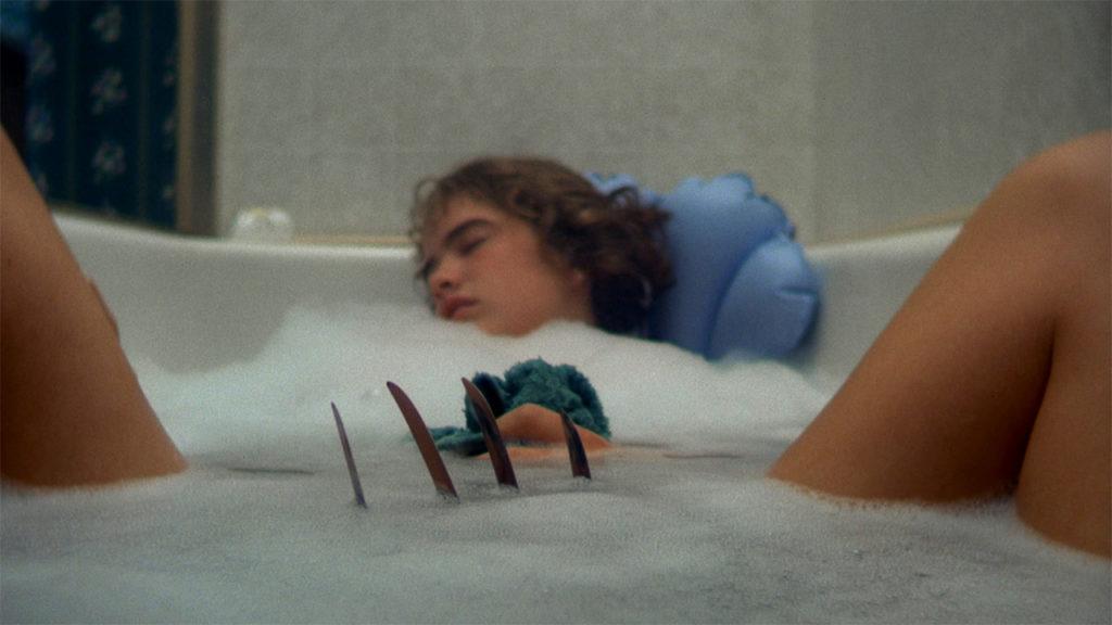 疲れてバスルームで眠り込んでしまったヒロインのナンシーの股間に向かってフレディの鉤爪が近づいてくる有名なシーン。