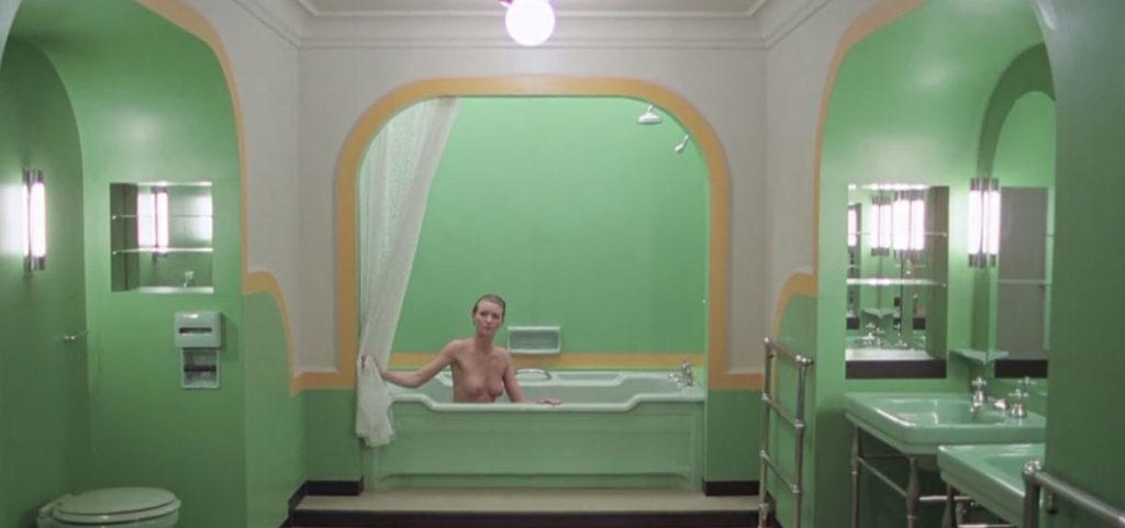 『シャイング』に登場する237号室のバスルームに潜む美女(演:リア・ベルダム)。237号室にジャックが入ると、風呂に若い女性が入っていた。ジャックが全裸の女性にキスすると、その姿は老婆の腐乱死体に変わっていた。ジャックは部屋から逃げ出す。