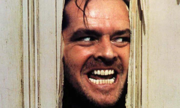 映画『シャイニング』の象徴ともいえる「叩き割ったドアの裂け目から顔を出したジャック・ニコルソンの狂気に満ちた表情」。