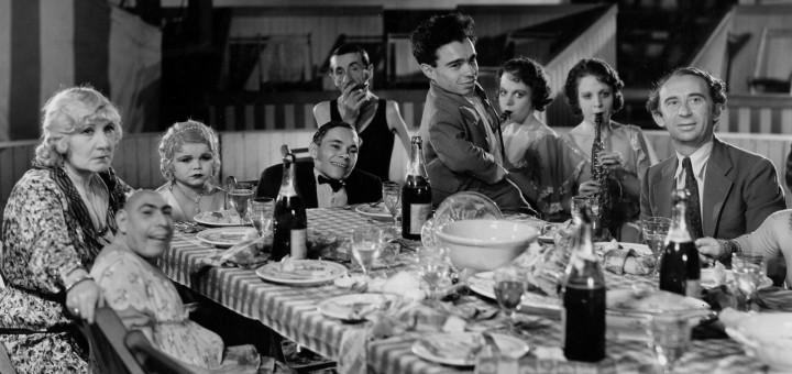 フリークス/ Freaksは、本物の見世物芸人が多数登場した衝撃の問題作。旅回りの見世物小屋を舞台にしたもので、実際の障害者などを出演者として起用した。