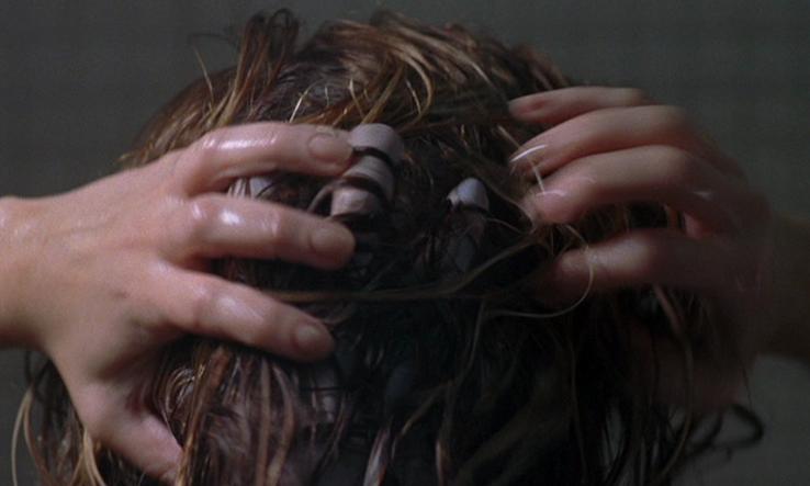 シャワーシーンで幽霊の手が髪の毛の中に現れる。