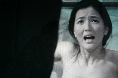 江戸川乱歩の美女シリーズ「暗黒星」より 黒水仙の美女(1978年)では、日活女優として大変人気があった泉じゅんが入浴中に襲われ殺害される。サイコ(1960年)のオマージュ的演出が冴えわたる。
