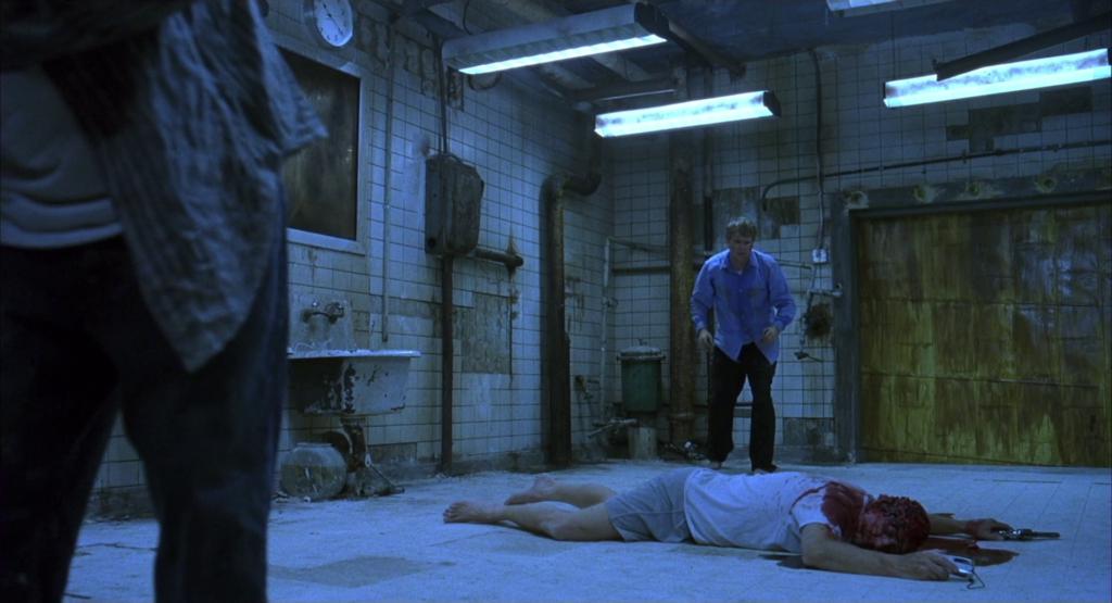 パパラッチの男性アダムは水の張られた浴槽の中にいた。栓が抜けて水が抜けていくのと同時に目覚めたアダムは、自身が酷く老朽化した手広いバスルームにいた。アダムの片足は鎖で繋がれ、部屋の対角線には同じように鎖で繋がれた医師、ゴードンがいた。そして部屋の中央には拳銃自殺の遺体が倒れていた。