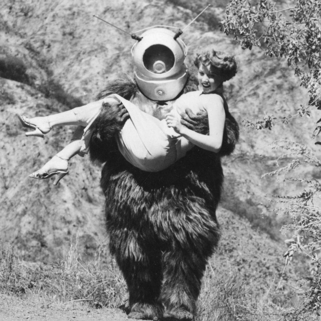 最低映画のひとつに数えられる『ロボット・モンスター』には、友人から借りたゴリラスーツに宇宙飛行士のヘルメットを被せただけの宇宙ロボットが登場する。