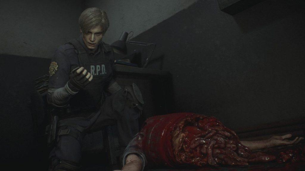 『バイオハザード RE:2』の壮絶なグロ描写。『バイオハザード RE:2 Z Version』は、人体損壊描写の一部緩和が行われており、リッカーに切り裂かれた警官のムービーなどで北米版と同等の映像が使用されている。