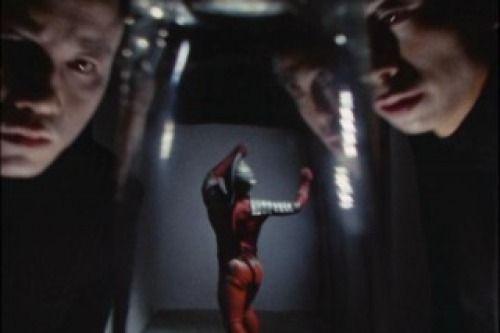 蘇生怪人 シャドウマンの正体は、幽霊。実体がないためにどんな攻撃も効かず、どこにでも侵入する。ミクロ化フォグでセブンをコップ内に閉じ込める。