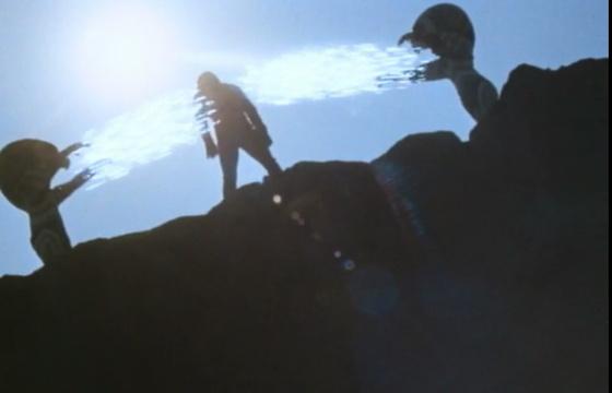 エネルギーを消耗し活動限界に達して腕がダランと垂れ下がり完全に動きが止まっているウルトラセブンに対して、ガッツ星人は情け容赦なく止めを刺す。