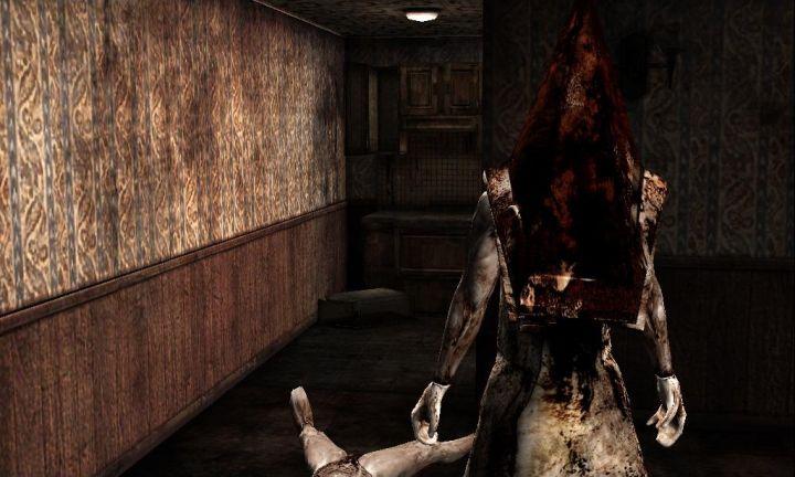 赤い三角頭/レッドピラミッドシングは、『サイレントヒル2』『アーケード版』に登場する。作中では幾度もジェイムスの前に立ちはだかり襲撃を仕掛ける。