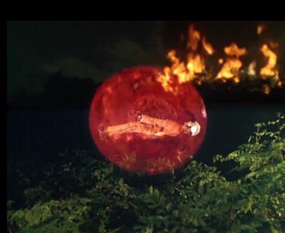 小型ビートルは赤い球と衝突して墜落炎上、ハヤタは命を落としてしまう。