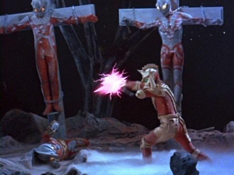 エースキラーは、幻の技と言われていたゾフィーのM87光線を発射して、エースロボットを粉々に吹っ飛ばす。