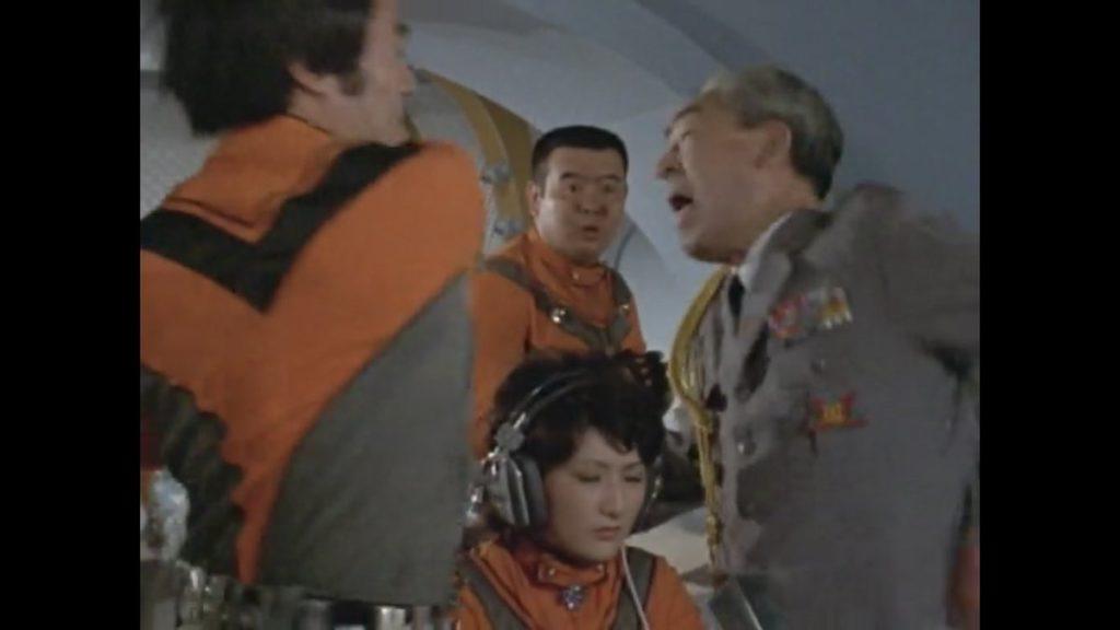 激怒した竜隊長の鉄拳を喰らう「高倉司令官」