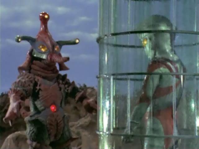 ヒッポリト星人は、仕掛けておいたヒッポリトカプセルでウルトラマンA(エース)を捕獲しブロンズ像に変えてしまった。