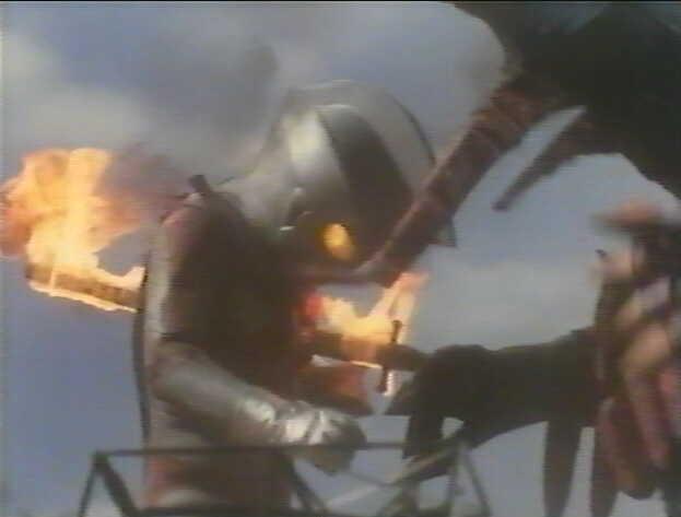ウルトラマンエースが、ファイヤーモンスの炎の剣によって串刺しにされる痛々しいショック映像。