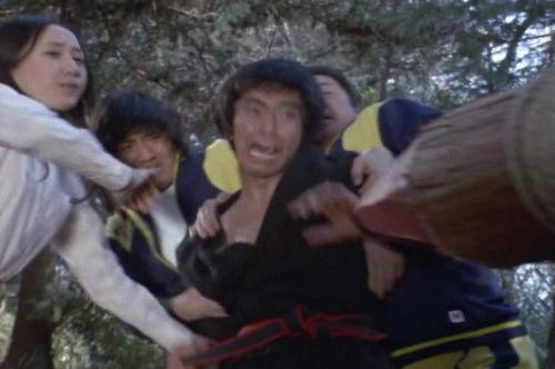 カーリー星人を倒すために先がとがった丸太を使った過酷なトレーニングに励むゲン。