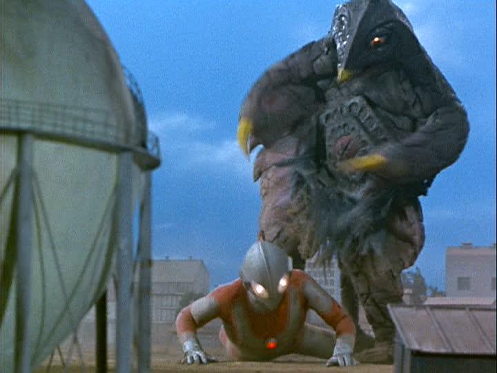 スペシウム光線は、ベムスターのお腹に吸収されてしまい、万策尽きたウルトラマンは、ベムスターに敗北する。