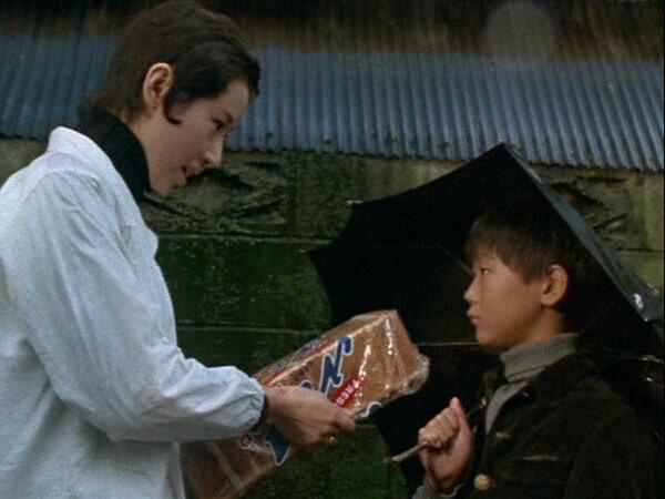 良は商店街にパンを買いにやってきたが、パン屋の女性は「巻き込まれたくない」とパンを売らなかった。するとパン屋の娘が後を追い、彼にパンを渡したのだった。