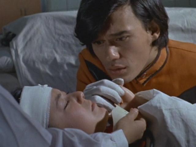 郷の「誰がやったんだ!」という呼び掛けに「宇宙人・・・」と言い遺して坂田アキは息を引き取った。アキと坂田の死に心が乱される郷秀樹/ウルトラマンジャック。
