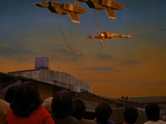 ウルトラマンは倒されナックル星人に捕らえられた。ナックル星人の処刑用宇宙船はウルトラマンを逆さに吊っている。