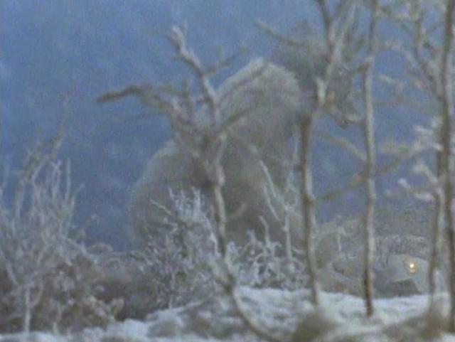 雪女怪獣スノーゴンは、凍りついて動かなくなったウルトラマンジャックをボコボコに殴ったあげく、手足をもぎ取る。