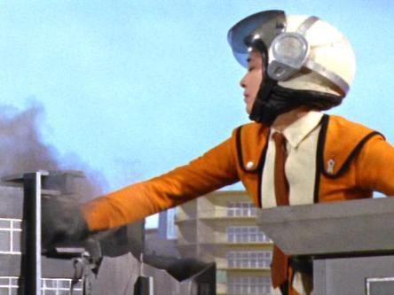 いくら科学特捜隊の一員とはいえ、巨大化して町を壊すとなると最早怪獣に過ぎないと判断した警官隊は発砲。それを見た科学特捜隊の面々と警官隊が揉みあいになった直後、空から響き渡ったメフィラス星人の高笑いと共に巨大フジ隊員は姿を消した。