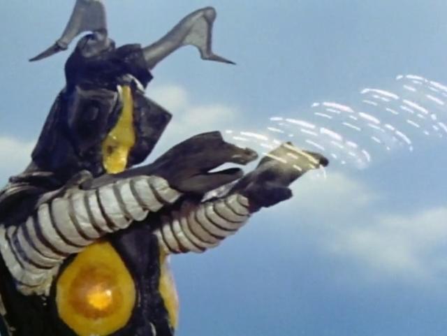 ウルトラマンはスペシウム光線を発射するが、ゼットンは光線を吸収し、波状光線に変えて撃ち返す。