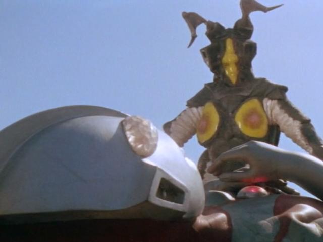 ゼットンに胸のカラータイマーを破壊されたウルトラマンの目の光は消え、ゆっくりと大地に倒れる。ウルトラマンは敗れ去った・・・。