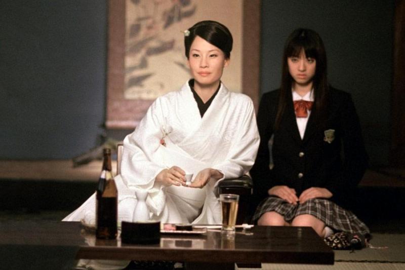 オーレン石井(演:ルーシー・リュー)の元に、女ボディガードのGOGO夕張(演:栗山千明)と数多くの部下が控えている。
