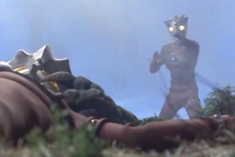 アクマニヤ星人は、ウルトラマンレオにもがれた両腕を遠隔操作して背後からレオの首を絞めて、失神させた。