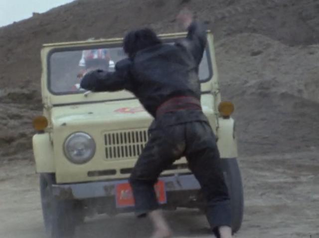 ゲン「やめてください隊長!」。ダンは、ジープでゲンを追いかけ回す。ゲンをひき殺そうとするダンの恐ろしい伝説の特訓。