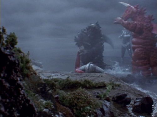 ウルトラマンタロウの後を継いで地球防衛の任を受け、再来したウルトラセブンであったが、双子怪獣ブラックギラス・レッドギラスとの戦闘中に右脚を折られる。