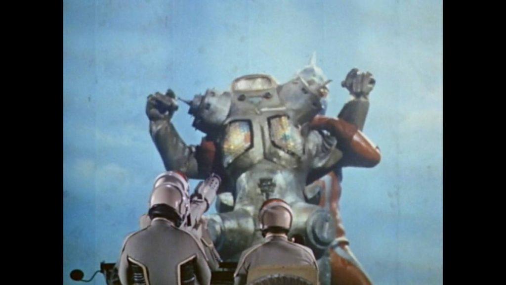 セブンに羽交い絞めにされた状態でライトンR30爆弾を受けるキングジョー。特撮史に残る名シーン。