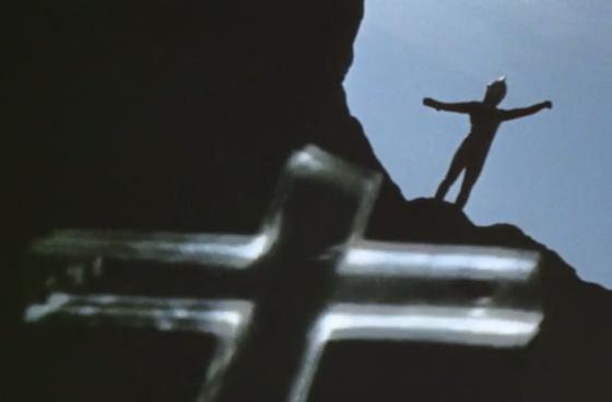 セブンはなす術もなく、十字架の形をした透明な棺に捕らえられてしまう。
