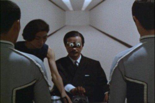 ロボット長官の目元や後頭部がパーツとして取り外し可能で、外すと機械部分が露わになり、そこに秘書(人間)が油を挿している場面が見られた。