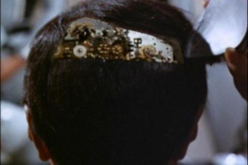 第四惑星の長官(ロボット)の秘書・アリー(演:愛まち子)が後頭部に油を挿している。非常におぞましいトラウマシーン。