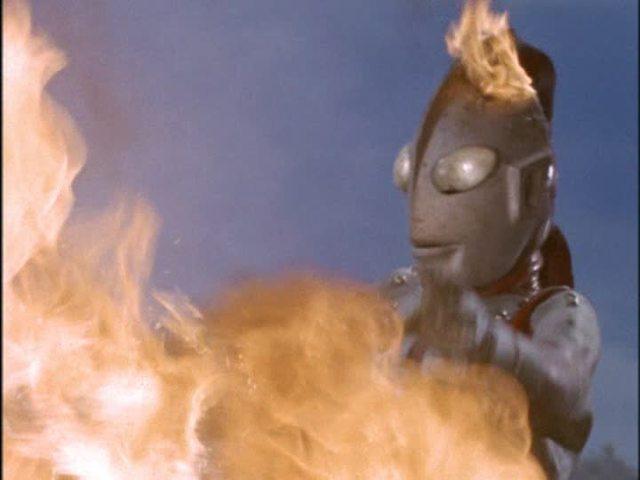 助けに来たゾフィーの頭に火炎放射…。頭が燃えているゾフィーは有名なトラウマシーン。