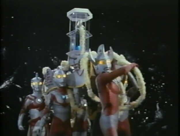 ウルトラ6兄弟は地球上空に到着。ウルトラベルを鳴らす。暗雲はすべて取り除かれ、太陽が降りそそぐ。