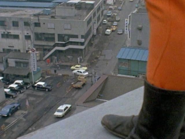 病院の屋上から飛び降りて後追い自殺する気か…と視聴者もびっくりの郷の危険な飛び降り変身。