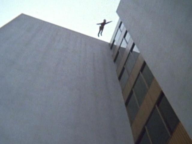病院の上から飛び降りて変身するのだが、一部のファンから後追い自殺のようだとまで言われる。