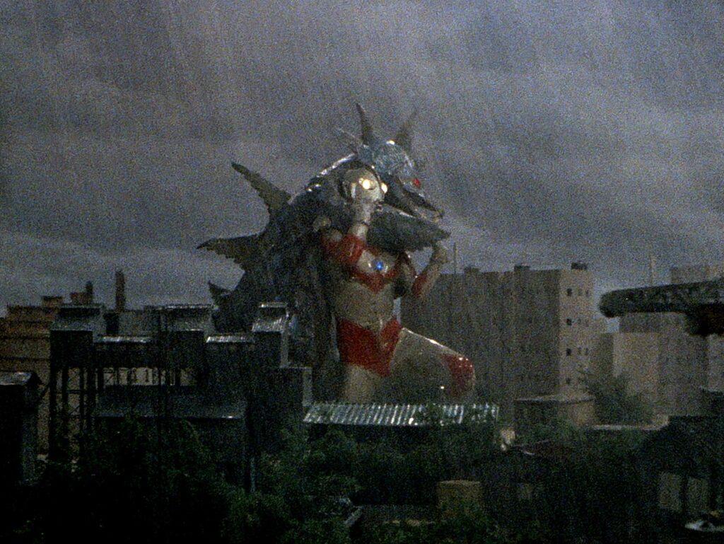 豪雨の中でウルトラマンとムルチが泥臭い戦いを続ける様をカメラを動かしながら1分以上ワンカットで映すシーンは特に有名。