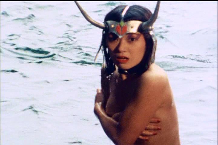 『科学戦隊ダイナマン』第29話「キメラの呪いの服」では、まさかのセミヌードまでサービス満点の体当たり演技で大人気。手ブラ。