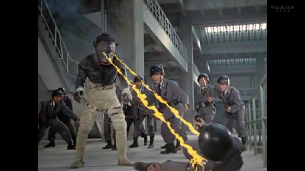 センターの警備員二人を殺害し逃走、再び洞窟に戻って眠りに着こうとしたが、科特隊によって下水処理場に追い詰められる。