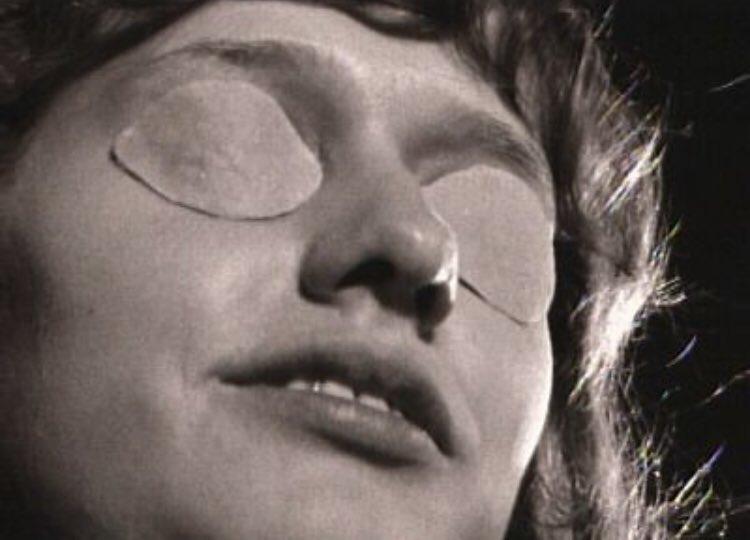 一見普通の人間と変わらないが、長い地下での生活で目が退化して無くなっており、この特徴から正体が発覚しないよう、地上で行動する際は、常にサングラスを掛けて正体を隠している。