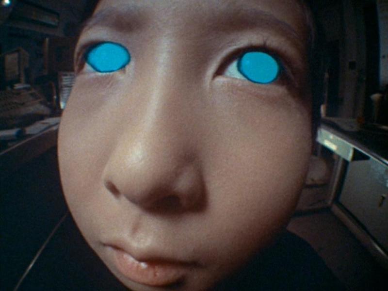 風間輝男は不気味に目を光らせて、テレパシーで郷に語りかけてくる。