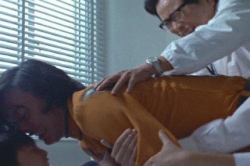 郷はまたすぐ挑発に乗って輝男を殺そうとするが、医者や看護婦に止められる。