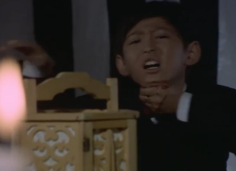 光線を放ち抵抗するもマットシュートで装置を破壊され、更に輝男少年の姿のまま喉を撃ち抜かれた。