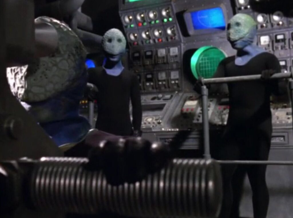 地上破壊を続けるグローリア号の艦内では、人間の形をした知的生命体が操縦していた。彼らこそ、真市が言っていた地球原人ノンマルトである。
