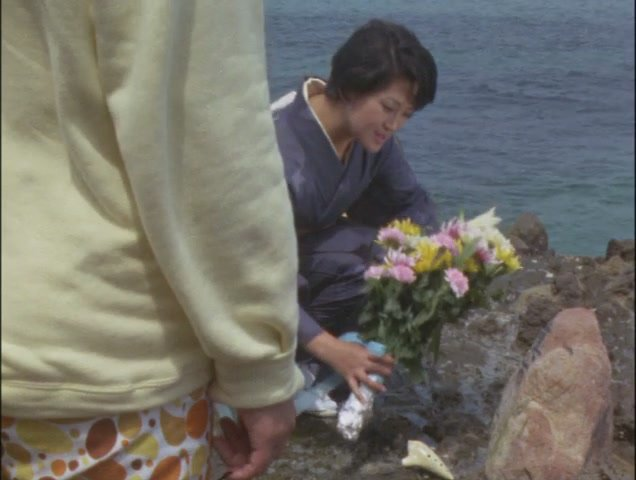 小さな墓に花を手向ける女性の姿を見かける。 ダン「失礼ですが、海底開発センターの遺族の方ですか」