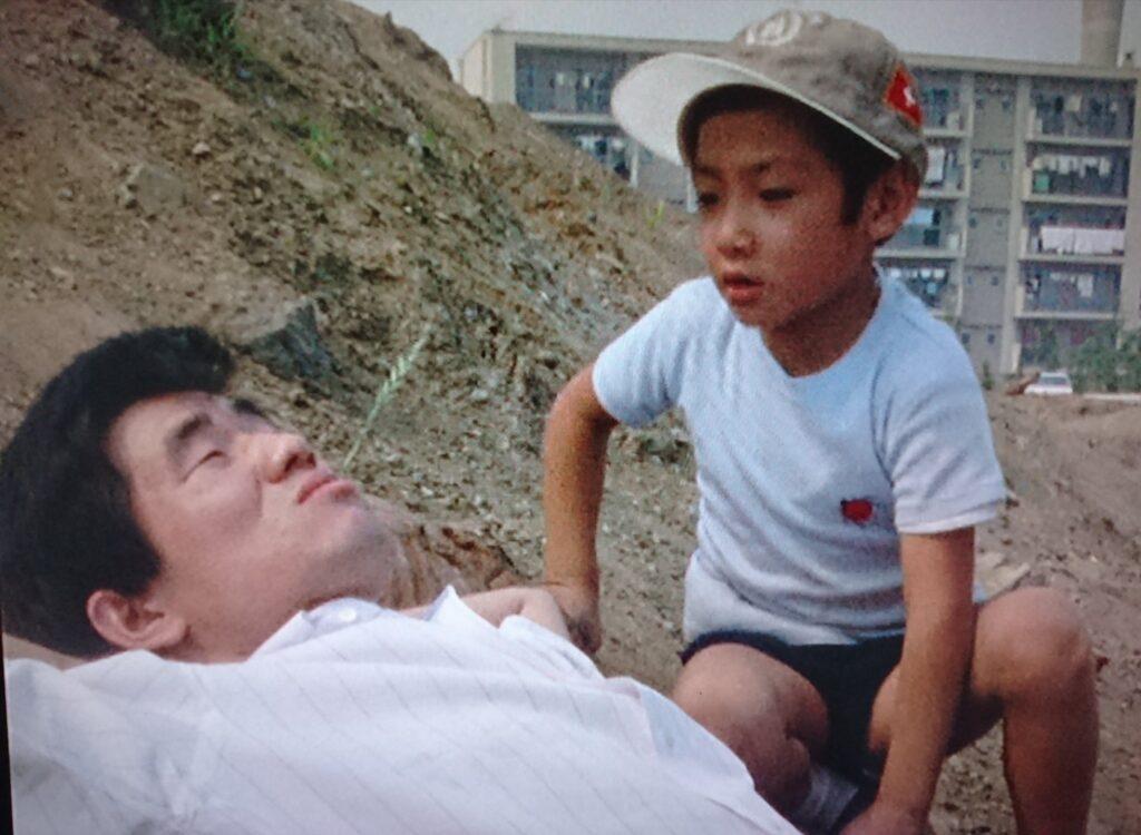 いつものように寝そべっているフクシンの元に昨日の少年が。夕べ何か見なかった?と質問する少年に、円盤を見たことを言うフクシン。