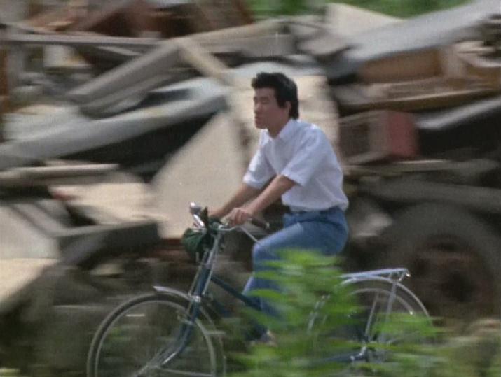 星へ行く夢の消えたフクシン青年が、ゴミの山の間を、自転車で走る姿で物語は幕を閉じる。